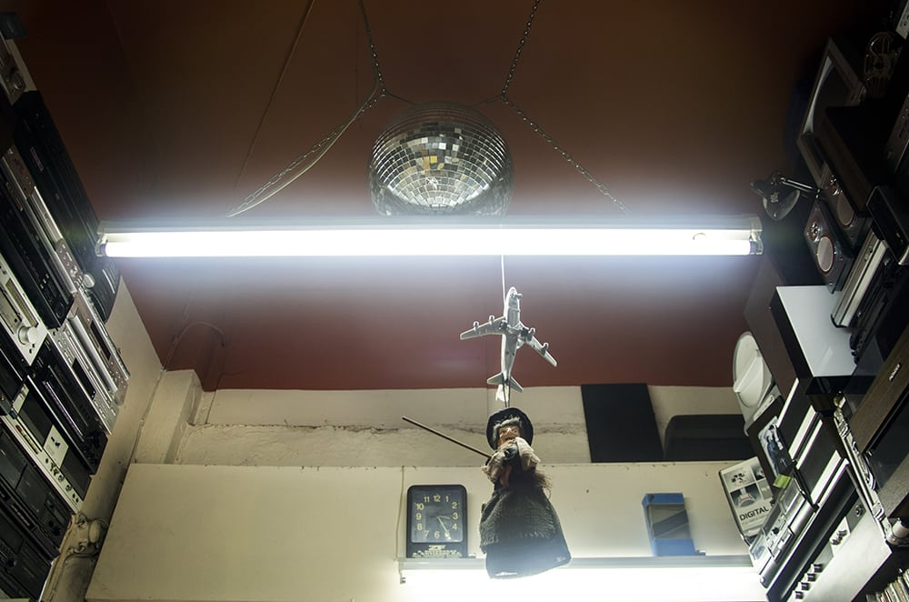 «Το Στέκι του Νοσταλγού»: Ένα μικρό δισκοπωλείο με μεγάλους θησαυρούς!