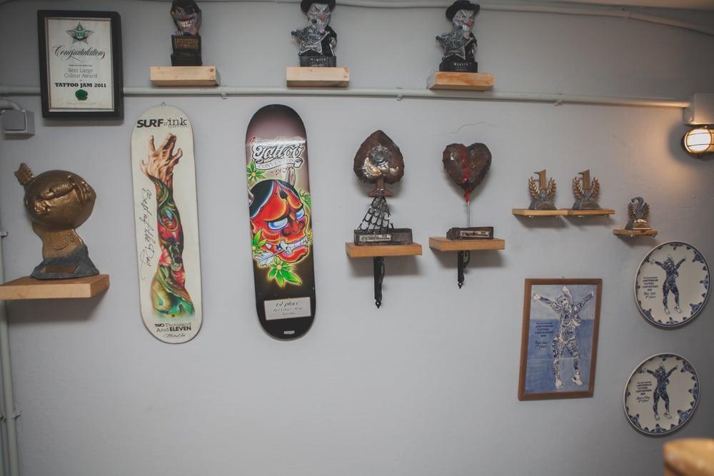 Tattooligans: Το ιστορικό στούντιο τατουάζ άλλαξε διεύθυνση και σε περιμένει!