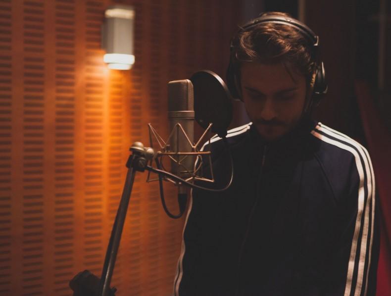 28.000: Το νέο single του Άκη Μπαρούτα!
