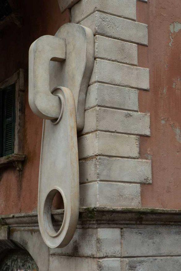 Ο Άλεξ Τσίνεκ «κατέβασε το φερμουάρ» σε ένα κτήριο του Μιλάνου!