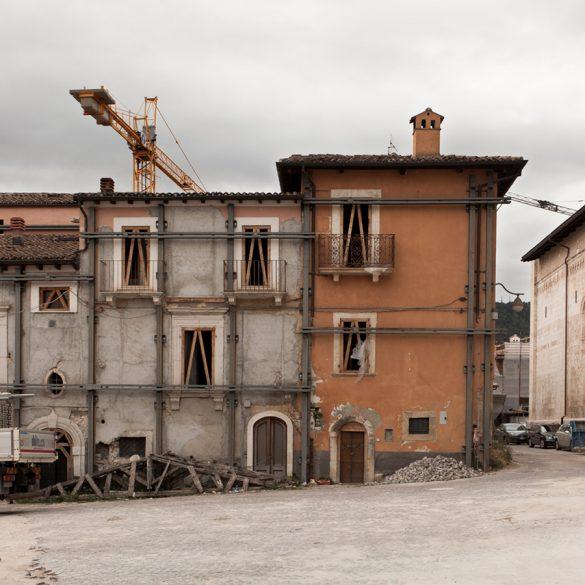 Ο γοητευτικός φωτογραφικός φακός της Στεφανίας Ορφανίδου και η ισοπεδωμένη πόλη L'Aquila!