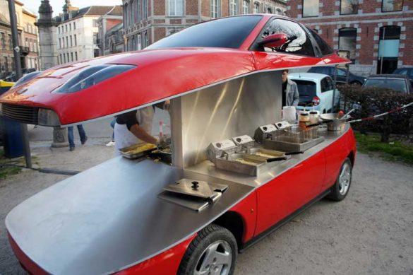 Ναι, σε αυτό το -κομμένο στα δύο- Fiat Coupé σερβίρουν τηγανιτές πατάτες!