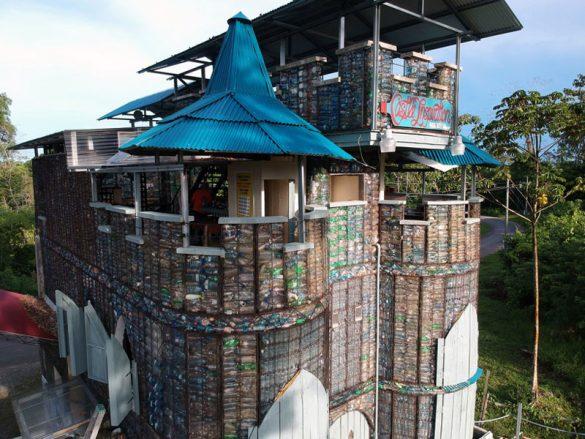 Ένα ολόκληρο χωριό από πλαστικά μπουκάλια!