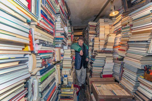 «Φύλακες» καταστημάτων απ' όλο τον κόσμο φωτογραφίζονται στους ναούς τους!