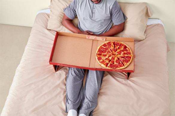 Με αυτό το κουτί μπορείς να φας άνετα την πίτσα και στο κρεβάτι σου!