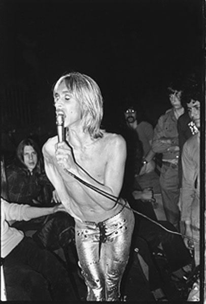 12 σπάνιες φωτογραφίες από τα πρώτα χρόνια της καριέρας του Iggy Pop!