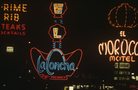"""Η """"love affair with neon"""" φωτογραφική συλλογή της Denise Scott Brown έρχεται από τα βάθη των 60's!"""