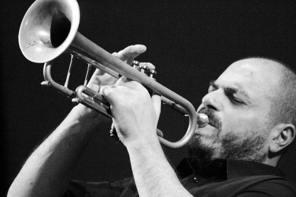 Ο θρυλικός Κυριάκος Σφέτσας με την Greek Fusion Orchestra σε ένα πράγματι απολαυστικό live!