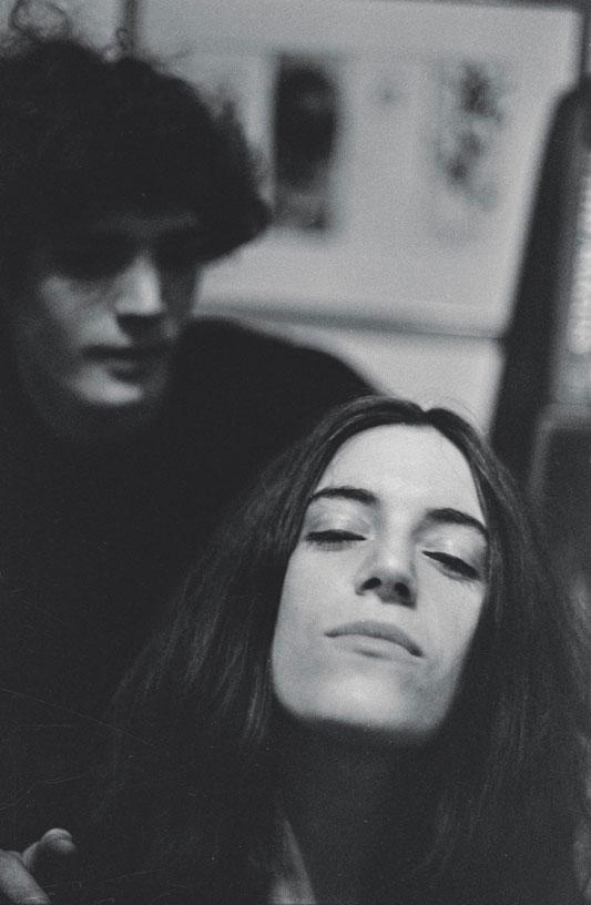 Ο Lloyd Ziff φωτογραφίζει το ζευγάρι Robert Mapplethorpe και Patti Smith!