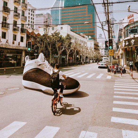 Τι θα έκανες αν έβλεπες ξαφνικά μπροστά σου ένα τεράστιο Air Jordan;