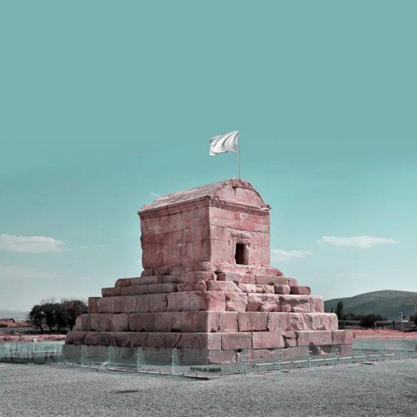 Ο Ιρανός καλλιτέχνης που ύψωσε λευκή σημαία σε μνημεία του Ιράν.