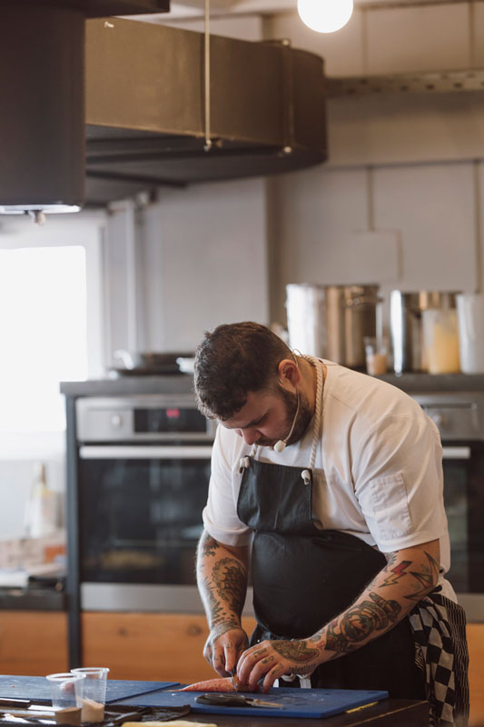 O Άνταμ Κοντοβάς ξέρει από μαγειρική, εκπαίδευση και hype αισθητική!