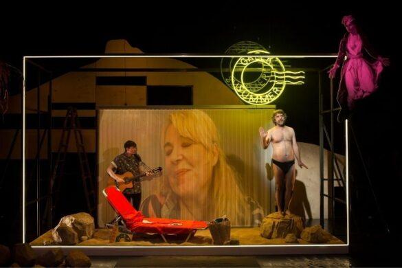Η παράσταση που καυτηριάζει τον μύθο του ελληνικού καλοκαιριού στην Στέγη Ιδρύματος Ωνάση.